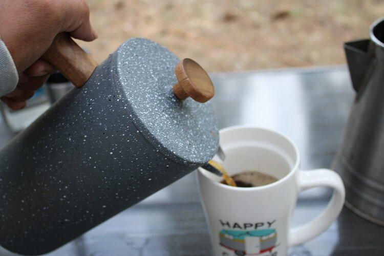 how to pour coffee into cup