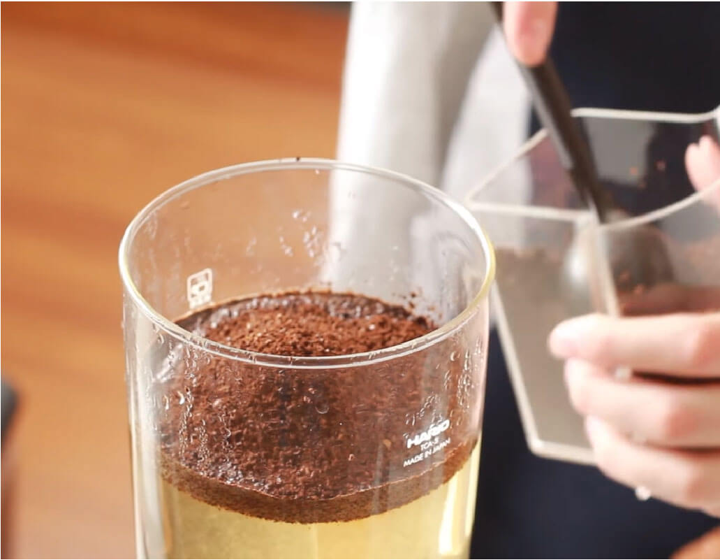 adding coffee powder in siphon