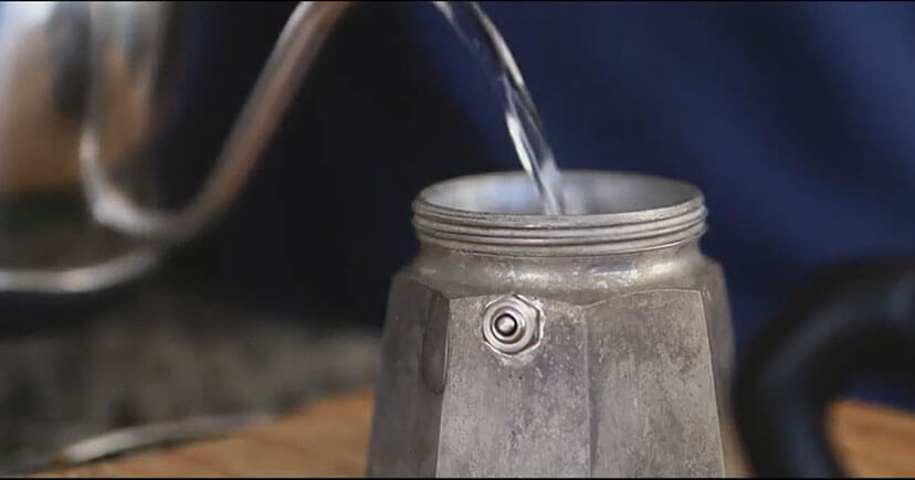 Brewing Cafe-Cubano in moka pot